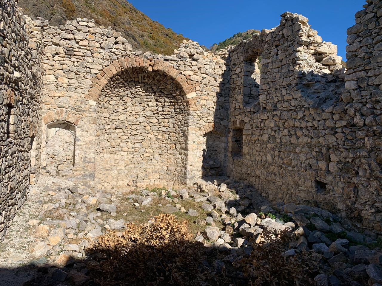 foto 72 Mbeturina te Kishes Orthodokse ne fshatin Punemire–Opar–Korce (foto e Ergi Kames-shtator 2020)